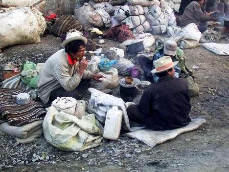 01_people_sleeping_on_street_in_lhasa