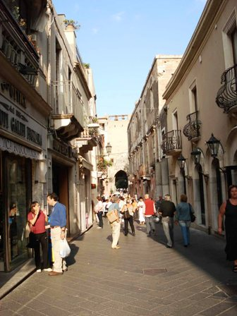 0928_-_Taormina_-_Corso_Umberto_-_Foto_G._DallOrto_-_9-Sept-2006