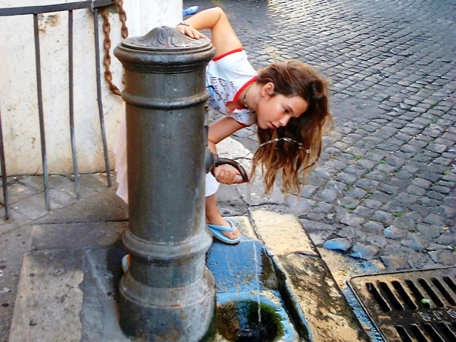100-Rome-Mika-Drinking-from-Water-Fountain