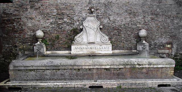 1200px-Fontana_fuori_Porta_del_Popolo_2332