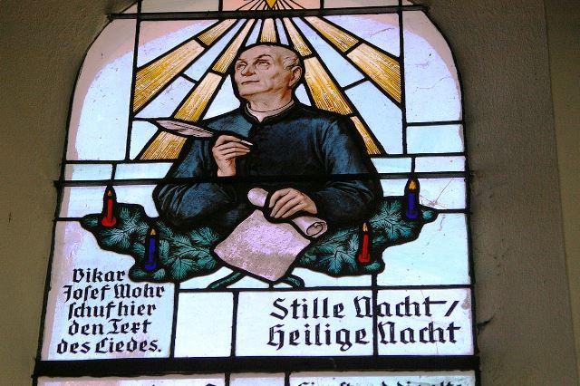1200px-Stille_Nacht_Kapelle_Glasfenster_Josef_Mohr