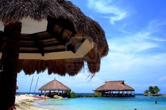 1355421-caba-a-en-la-playa-con-cielo-azul-en-cebu-filipinas