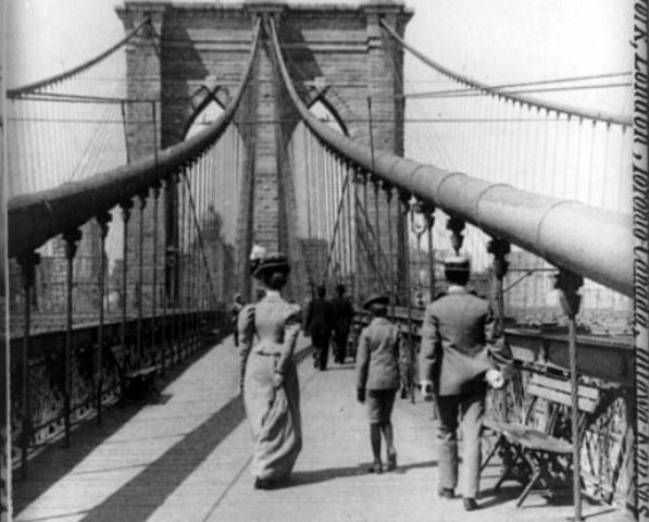 2-Brooklyn_Bridge_New_York_City_1899_Pedestrian_Crossing