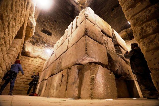 Turistas toman fotos en la cámara funeraria y el sarcófago del rey Djoser dentro de la pirámide escalonada de Saqqara, al sur de El Cairo, Egipto, 5 marzo 2020. REUTERS/Mohamed Abd El Ghany