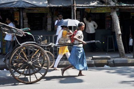 7603264-nueva-delhi-india--27-de-octubre-de-2009-rickshaw-pobre-hombre-busca-a-los-clientes-en-las-calles-de