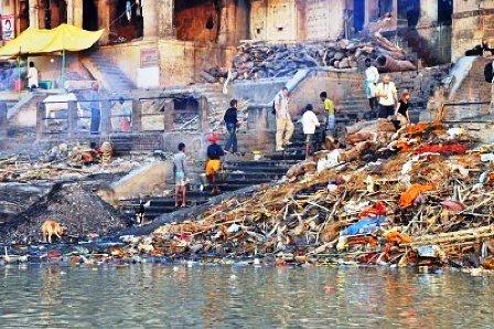 8717648-varanasi-india--29-de-octubre-de-2009-un-grupo-de-personas-caminar-alrededor-del-ardiente-ghat-despu