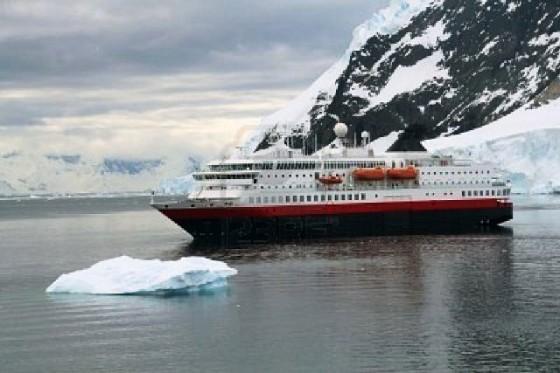 873157-cruceros-anclados-con-los-glaciares-y-los-icebergs-neko-harbor-andvord-bay-ant-rtida