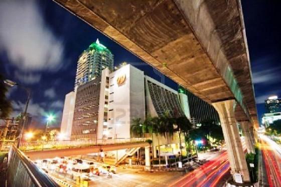 9564432-bangkok--el-30-de-julio-escenograf-a-de-noche-de-una-de-las-calles-centrales-de-bangkok-china-el-30-