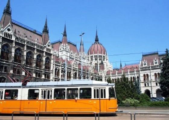 9907217-budapest-hungria-de-junio-de-2007-linea-de-tranvia-y-la-parte-posterior-del-edificio-del-parlamento