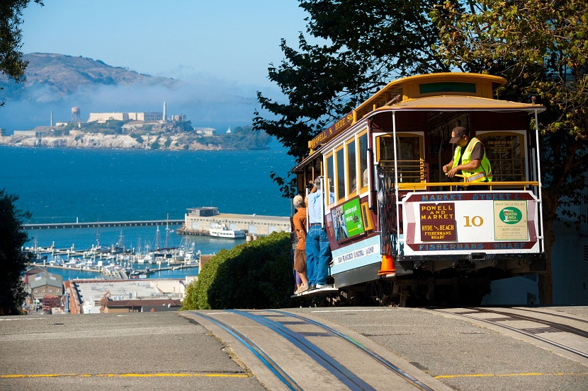 A-cable-car-on-top-of-Hyde-Street-in-San-Francisco-California - copia