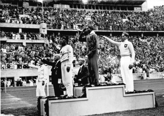 Olympische Spiele 1936 in Berlin, Siegerehrung im Weitsprung: Mitte Owens (USA) 1., links: Tajima (Japan) 3., rechts Long (Deutschland) 2.,Zentralbild/Hoffmann