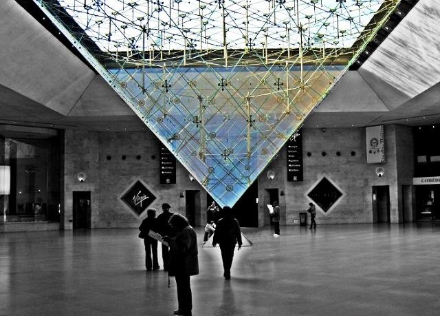La-piramide-del-louvre-Piramide-invertida