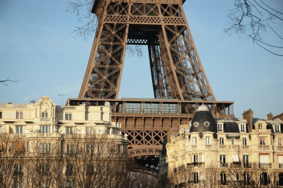 La_Tour_Eiffel_surplombant_Paris