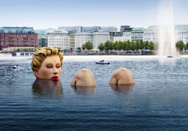 Die ???Riesen-Nixe??? in der Alster Ein Kunstprojekt des Hamburger Kreativen Oliver Voss
