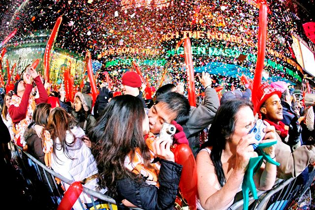 PFX079 NUEVA YORK (ESTADOS UNIDOS) 01/01/2007.- Juerguistas celebran la llegada del Año Nuevo en Times Square de Nueva York, hoy lunes 1 de enero de 2007. Más de un millón de personas celebraron la Noche Vieja en la tradicional fiesta de Times Squares de Nueva York, donde, bajo fuertes medidas de seguridad, no se les permitió entrar con mochilas o bolsas grandes. EFE/Peter Foley