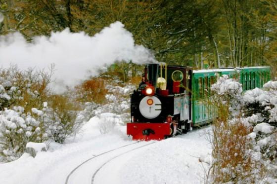 Tren del fin del mundo con fuerte nevada