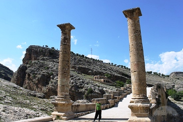 a giant-columns-marking-entrance-to-bridge-kahta