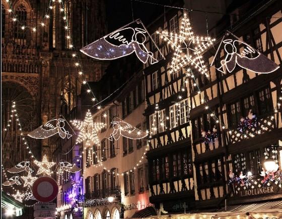 Décoration de noël de Strasbourg. Vraiment pas simple de photographier les illuminations de noël en ville, y'a toujours quelque chose qui pose problème. Ici, c'est clairement le panneau. Mais sinon, j'étais content, j'avais réussi à avoir sur une seule photo la cathédrale, les décorations de noël et des cigognes :19:.