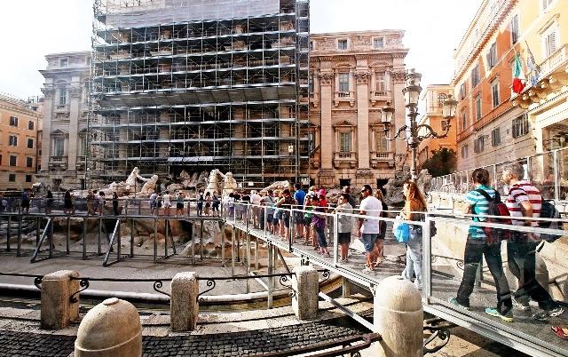 Turisti attraversano la 'passerella panoramica' realizzata in occasione dei lavori di restauro della Fontana di Trevi, Roma 23 agosto 2014 ANSA/ALESSANDRO DI MEO