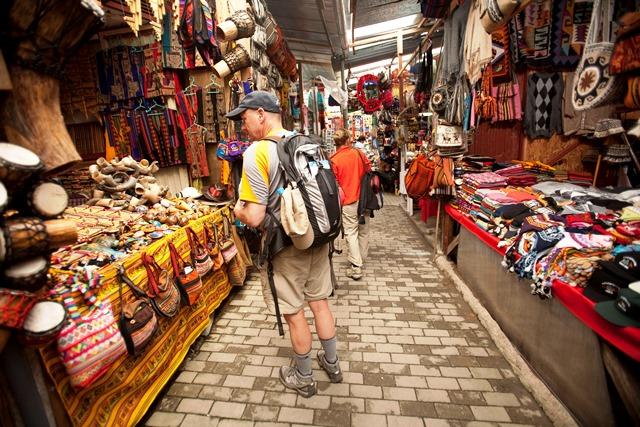mercado artesanal en machu picchu pueblo