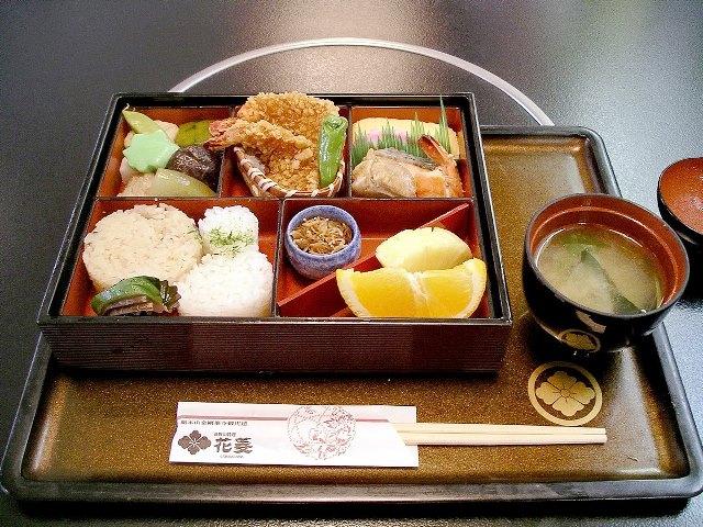 z1200px-Bento_at_Hanabishi,_Koyasan